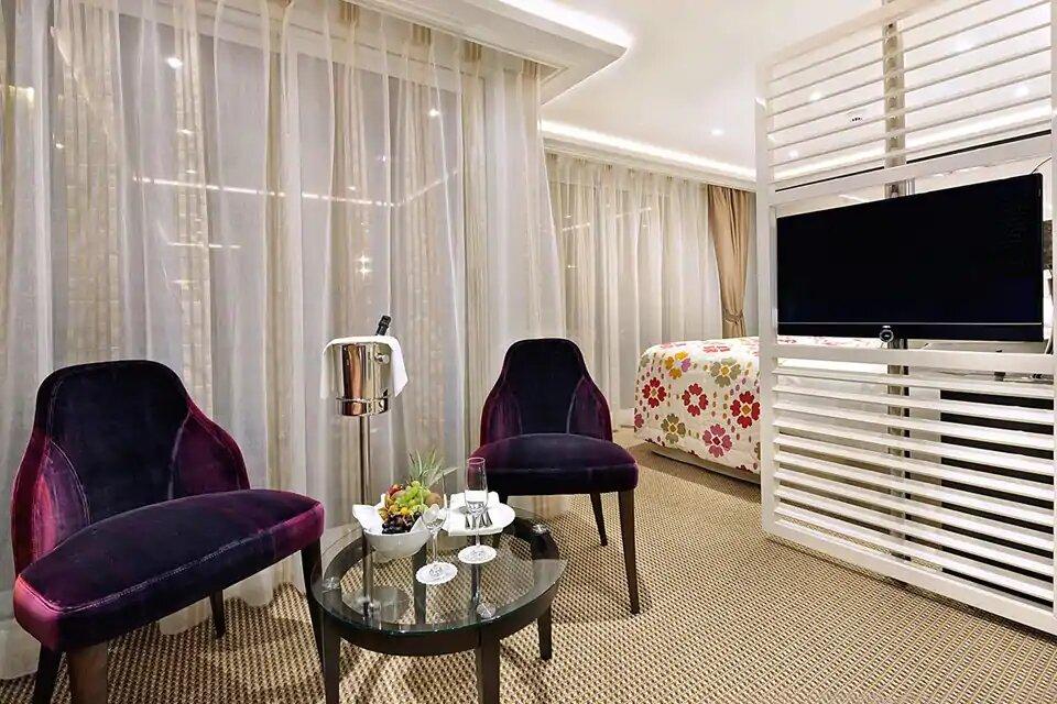 SS- Suite con Balcón Francés & Balcón Exterior