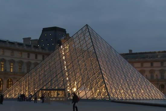 París, Piramide del Louvre