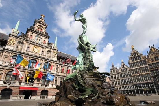 Amberes, estatua de Brabo y Ayuntamiento de Amberes