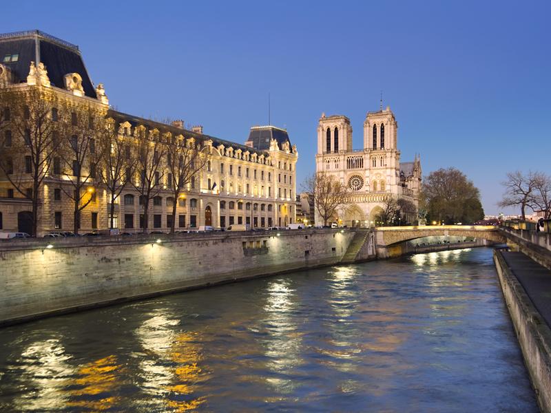 Catedral de Notre Dame, junto al rio Sena, Paris